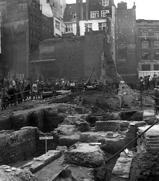 People queue to see the Temple of Mithras in 1954 © MOLA